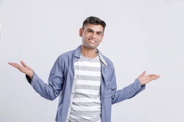 Glücklicher junger indischer collegejunge