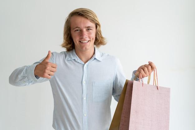 Glücklicher junger käufer zufrieden gestellt mit rabatt