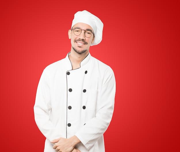 Glücklicher junger koch, der aufwirft