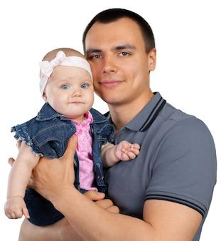 Glücklicher junger mann, der ein baby hält