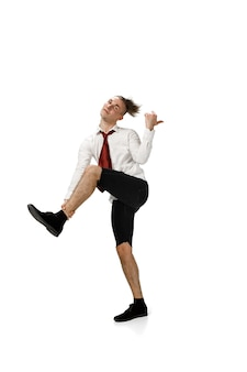 Glücklicher junger mann, der in freizeitkleidung oder anzug tanzt und legendäre bewegungen der berühmtheit neu macht