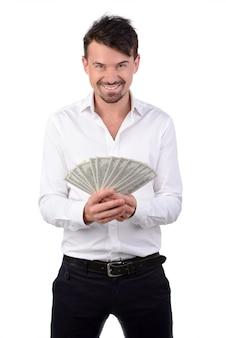 Glücklicher junger mann im formalwear, das geld hält.