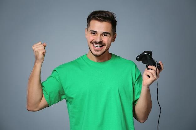 Glücklicher junger mann nach dem gewinn des videospiels