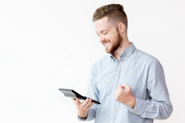 Glücklicher junger mann zählt seinen einzahlungsprozentsatz