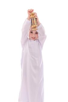 Glücklicher junger muslimischer junge mit ramadan-laterne
