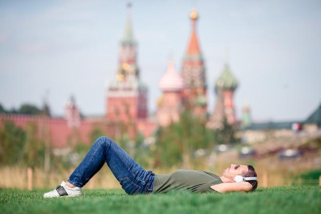 Glücklicher junger städtischer mann genießen seine pause in der stadt