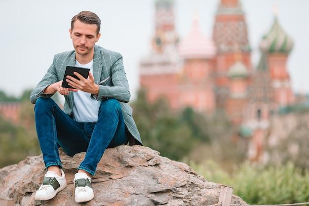 Glücklicher junger städtischer mann in der europäischen stadt