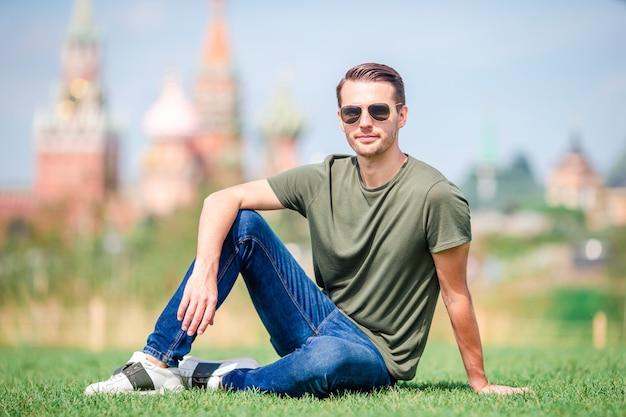 Glücklicher junger städtischer mann in der europäischen stadt.