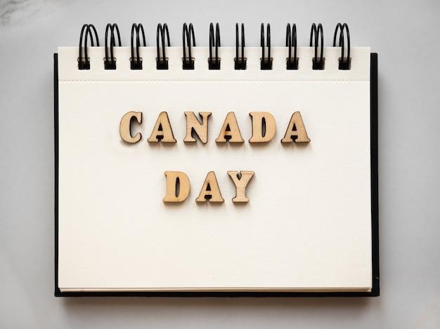 Glücklicher kanadischer tag. zeichnung der kanadischen flagge. nationalfeiertag konzept. nahaufnahme, ansicht von oben, textur. herzlichen glückwunsch an familie, verwandte, freunde und kollegen