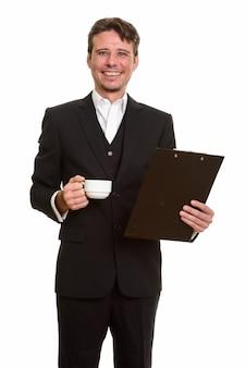 Glücklicher kaukasischer geschäftsmann, der klemmbrett und kaffeetasse hält