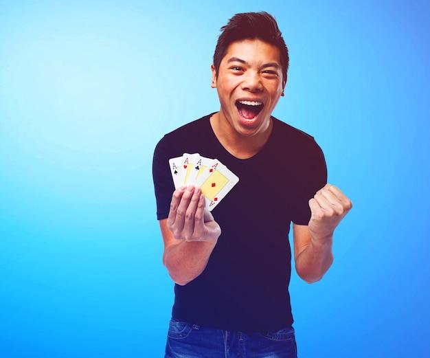 Glücklicher kerl poker zu spielen