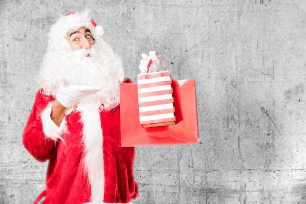 Glücklicher kerl zeigt seine weihnachtstaschen