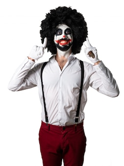 Glücklicher killer-clown mit messer