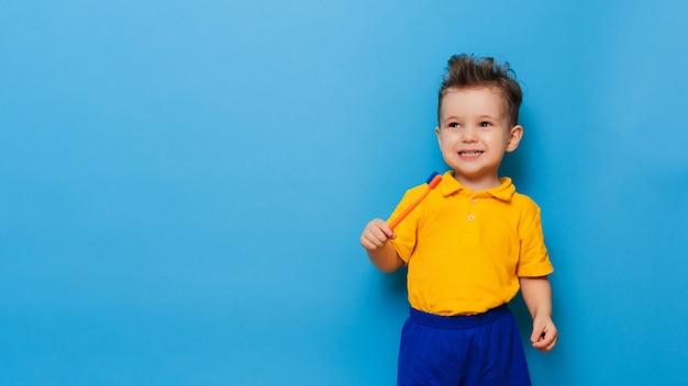 Glücklicher kinderkindjunge, der zähne mit zahnbürste putzt. gesundheitswesen, zahnhygiene.