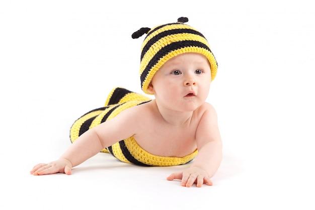 Glücklicher kleiner junge im bienenkostüm