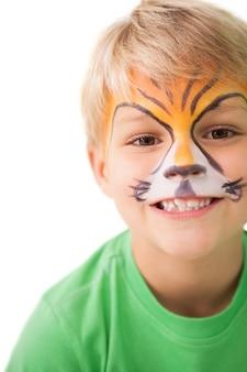 Glücklicher kleiner junge in der tigergesichtsfarbe
