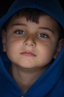 Glücklicher kleiner junge mit blauen augen