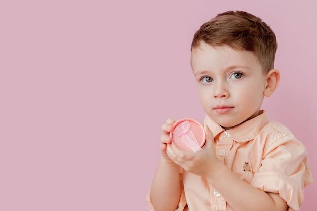 Glücklicher kleiner junge mit einem geschenk