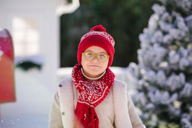 Glücklicher kleiner junge mit rotem hut und grünen gläsern, weihnachten timse