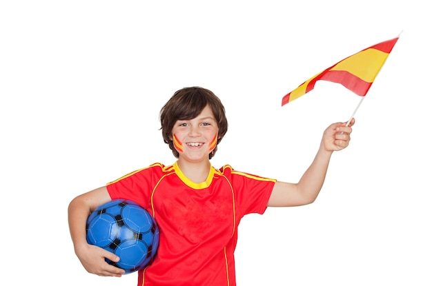 Glücklicher kleiner spanischer fan mit einem ball und einer isolierten flagge
