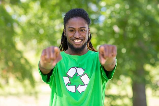 Glücklicher klimaaktivist im park