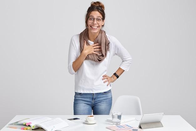 Glücklicher kreativer designer kann nicht an erfolg glauben