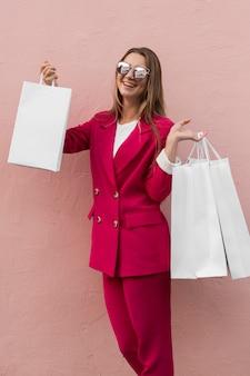 Glücklicher kunde, der modekleidung trägt