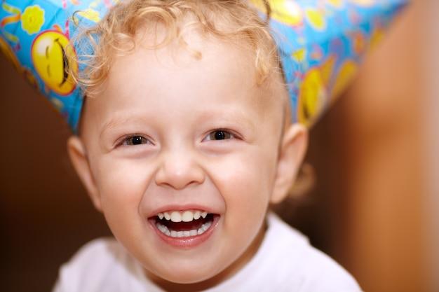 Glücklicher lachender kleiner junge