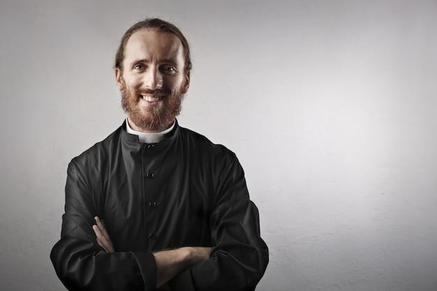 Glücklicher lächelnder priester
