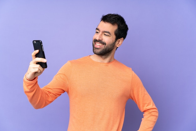 Glücklicher lässiger mann mit smartphone