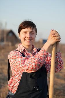 Glücklicher landwirt im ländlichen
