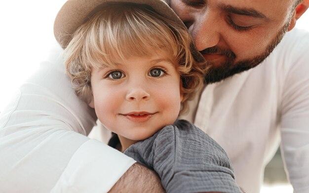 Glücklicher liebevoller vater, der kleines kind umarmt