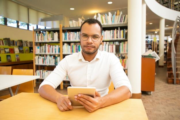 Glücklicher männlicher kunde, der kostenlosen wi-fi-hotspot verwendet
