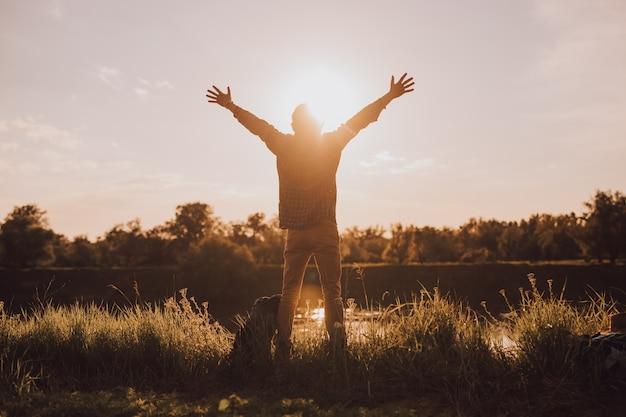Glücklicher männlicher reisender, der freiheit genießt