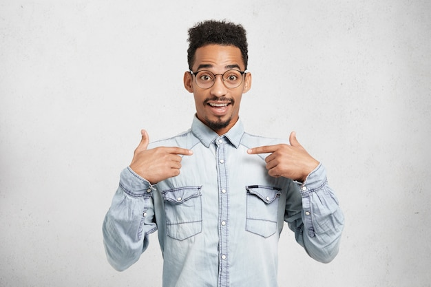 Glücklicher männlicher wonk, der froh ist, ausgewählt zu werden, um am wettbewerb teilzunehmen, glaubt nicht daran,