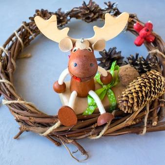 Glücklicher magischer feiertag mit weihnachtselchen