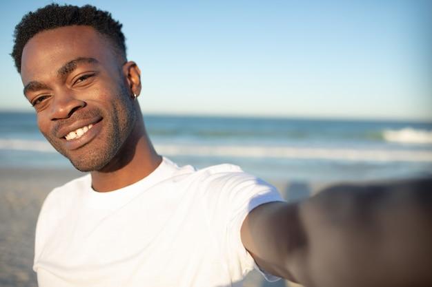 Glücklicher mann am strand stehen