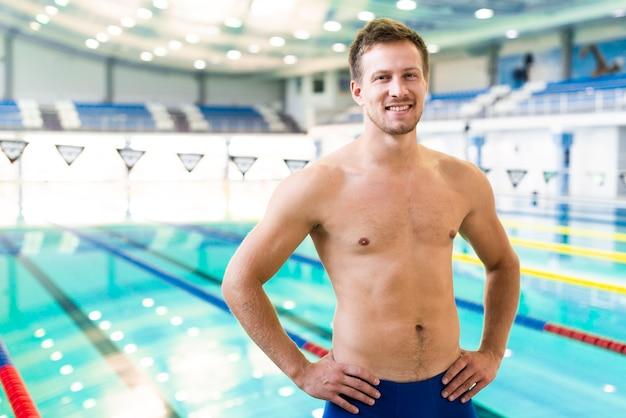 Glücklicher mann am swimmingpool