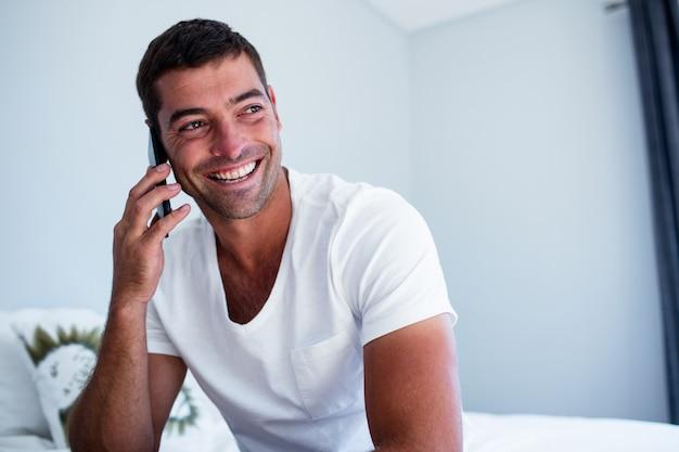 Glücklicher mann am telefon sprechen