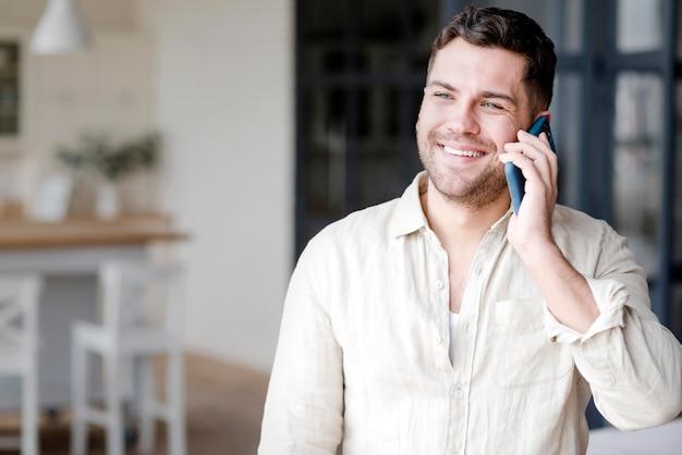 Glücklicher mann, der am telefon spricht
