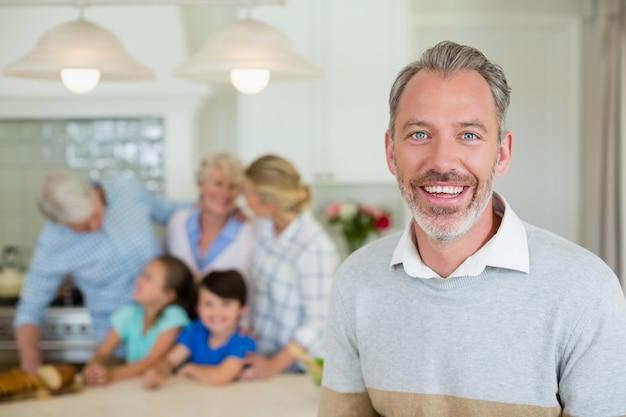 Glücklicher mann, der an der küche steht