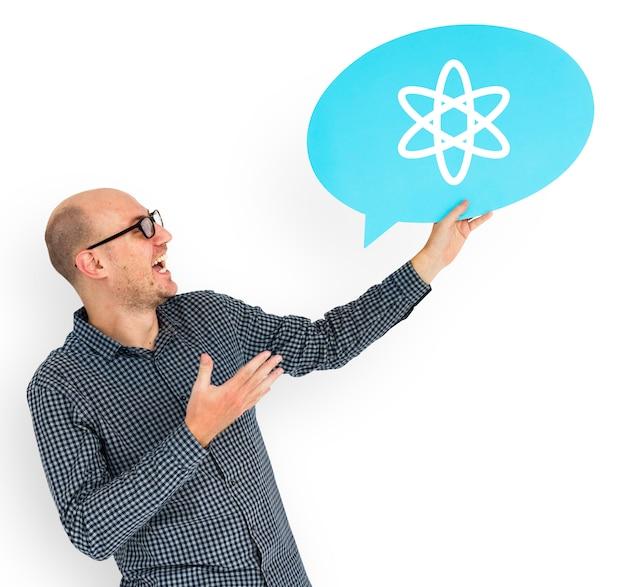 Glücklicher mann, der atomsymbol hält