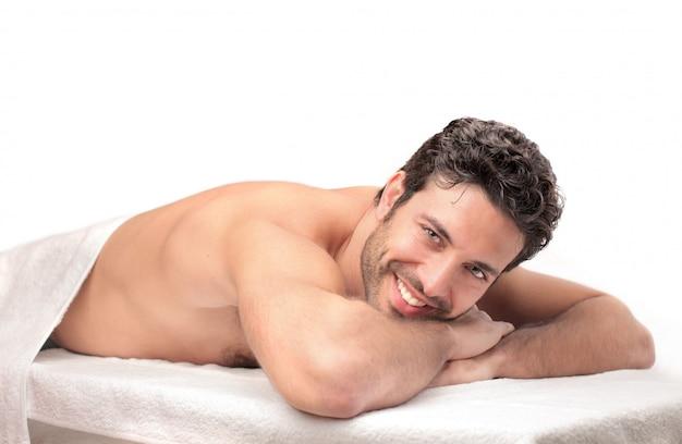 Glücklicher mann, der auf eine massage wartet