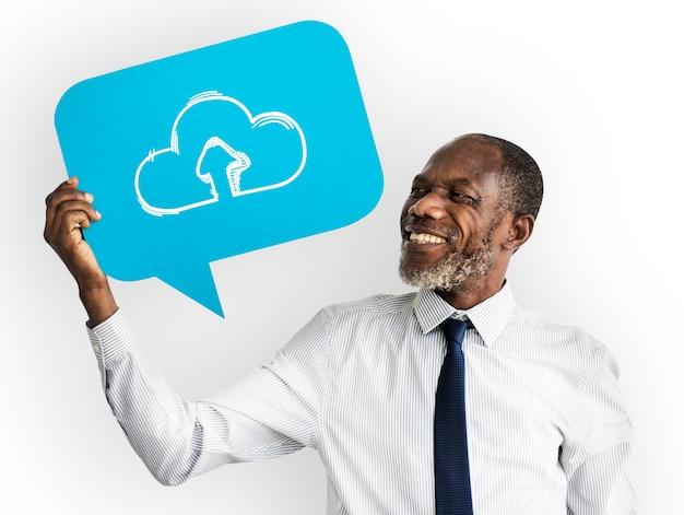 Glücklicher mann, der datenverarbeitungssymbol der wolke hält