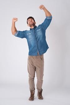 Glücklicher mann, der ein jeanshemd trägt