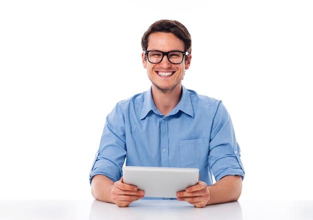 Glücklicher mann, der eine digitale tablette hält