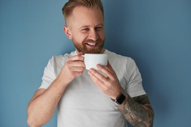 Glücklicher mann, der eine tasse kaffee genießt