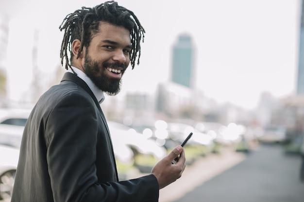 Glücklicher mann, der mobiles gerät hält