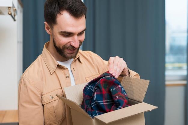 Glücklicher mann, der online-bestellung öffnet