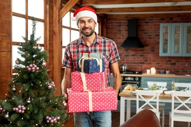 Glücklicher mann des mittleren schusses, der geschenke hält